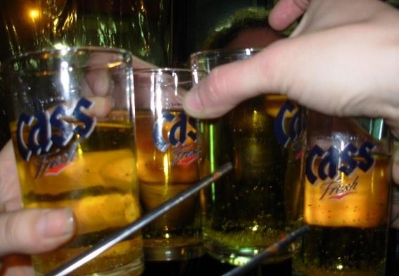 Bomba Soju es lo que estamos bebiendo en esa imagen. En Corea.